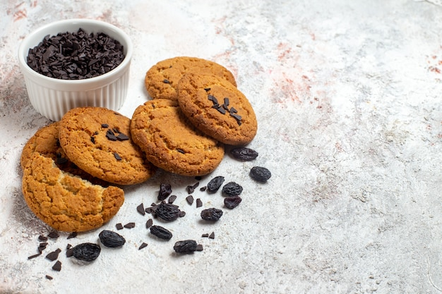 Vue avant de délicieux biscuits au sucre de pâte de sable sur un espace blanc