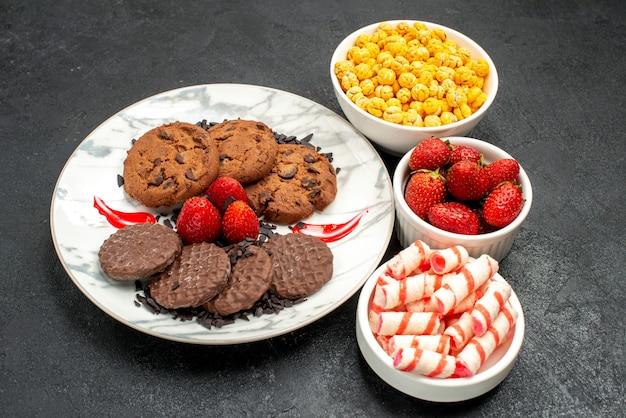 Vue avant de délicieux biscuits choco avec des bonbons