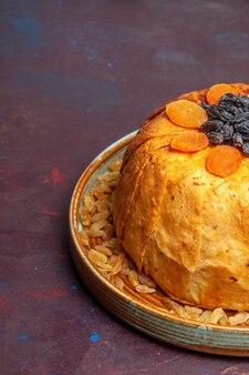 Vue avant de délicieux repas de riz cuit shakh plov avec des raisins secs sur la pâte à repas de bureau sombre cuisson du riz alimentaire