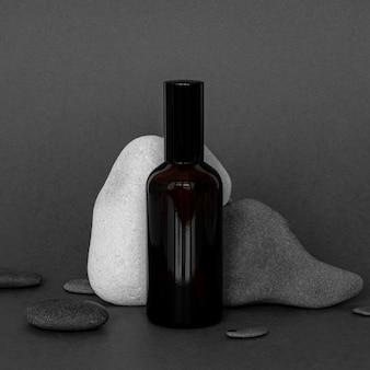 Vue avant de la disposition des produits de peau avec des pierres grises