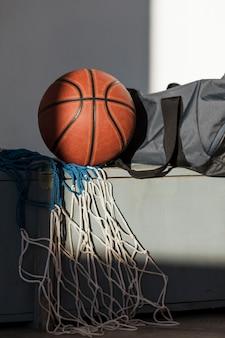 Vue avant du basket-ball avec filet et sac