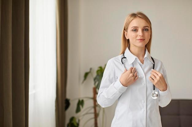 Vue avant du centre de récupération de covid femme médecin avec stéthoscope