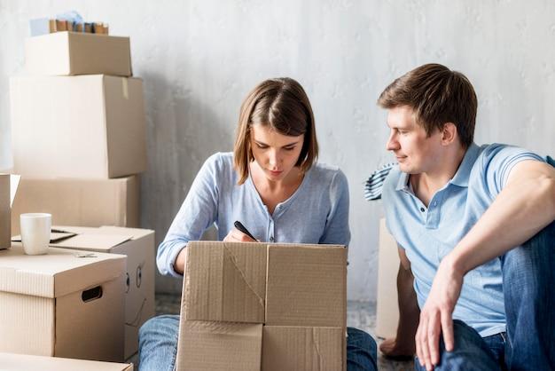 Vue avant du couple de boîtes d'étiquetage pour déménager