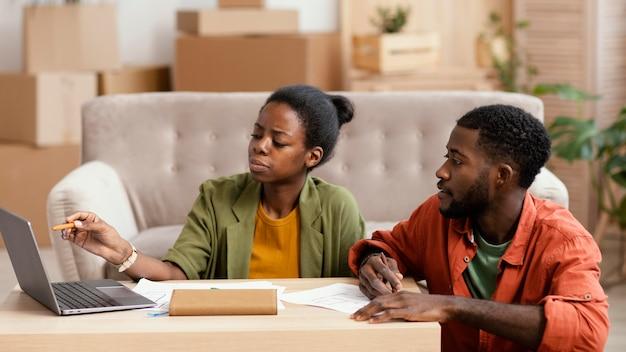 Vue avant du couple faisant des plans pour la rénovation de la maison