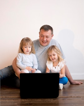 Vue avant du grand-père et des petites-filles