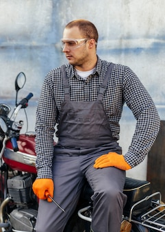 Vue avant du mécanicien avec des lunettes de sécurité