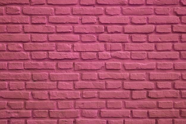 Vue avant du mur de briques anciennes de couleur magenta pour le fond