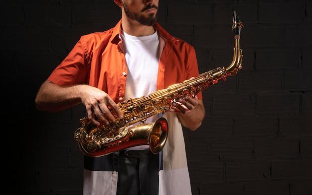Vue avant du musicien jouant du saxophone