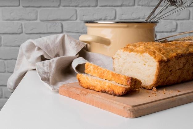 Vue avant du pain aux bananes tranché