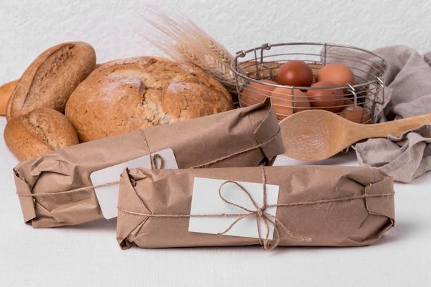 Vue avant du pain frais avec des œufs et des baguettes emballées