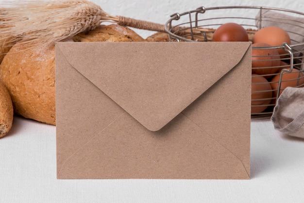 Vue avant du pain frais avec des œufs et des enveloppes