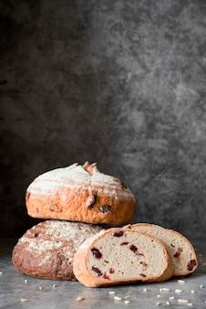 Vue avant du pain tranché avec fruits et copy-space
