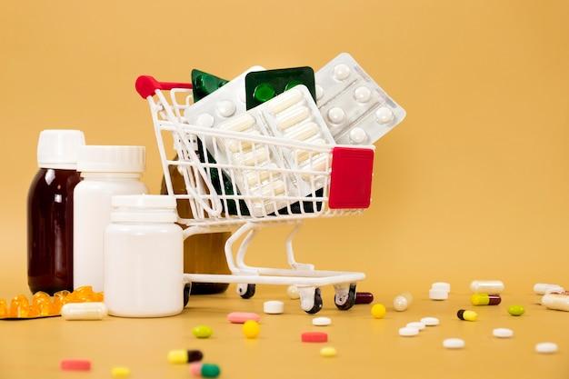 Vue avant du panier d'achat avec des feuilles de pilules et des conteneurs