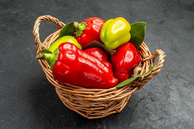 Vue avant du panier intérieur de poivrons frais