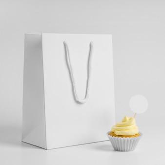 Vue avant du petit gâteau avec sac d'emballage
