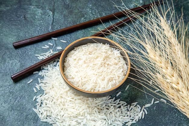 Vue avant du riz cru à l'intérieur de la plaque