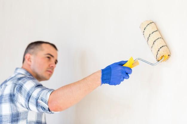 Vue avant du rouleau de peinture sur le mur