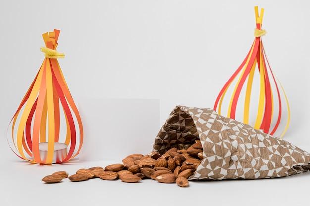 Vue avant du sac avec des amandes pour la célébration de lohri
