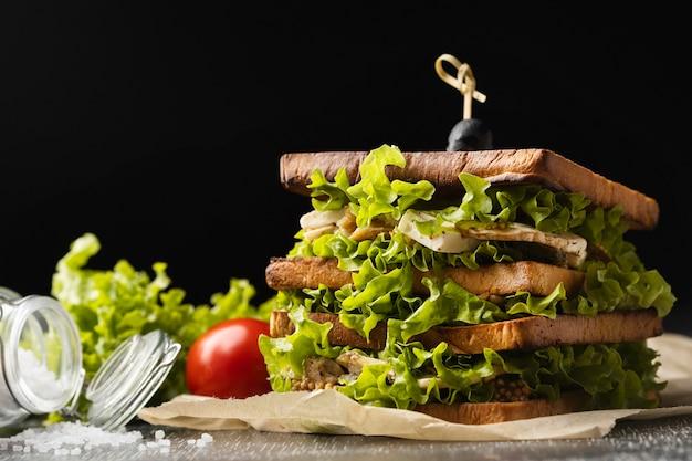 Vue avant du sandwich à la salade à la tomate