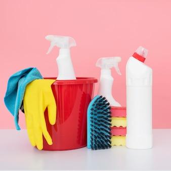 Vue avant du seau avec des produits de nettoyage