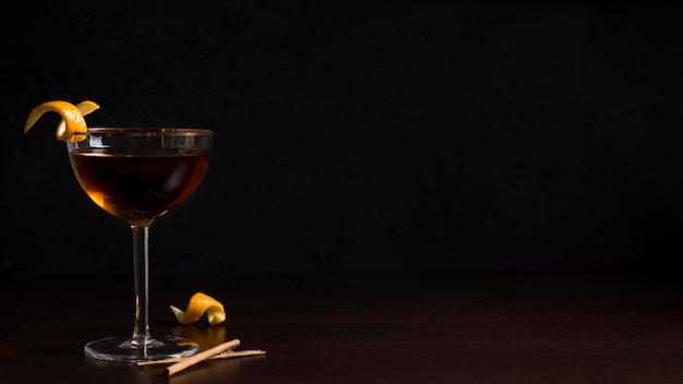 Vue avant du verre à cocktail aromatique avec espace copie