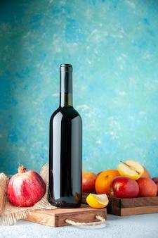 Vue avant du vin de grenade sur le mur bleu boire de l'alcool de fruits bar couleur aigre vin de jus de restaurant