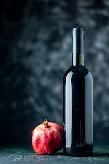 Vue avant du vin de grenade sur le mur sombre boire de l'alcool de fruits bar couleur aigre vin de jus de restaurant