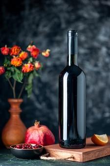Vue avant du vin de grenade sur mur sombre boire de l'alcool de fruits couleurs aigres bar restaurant vin de jus