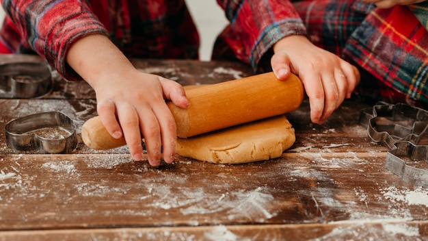 Vue avant des enfants faisant des biscuits de noël close-up