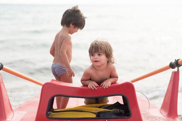 Vue avant, de, enfants, sur, paddle board