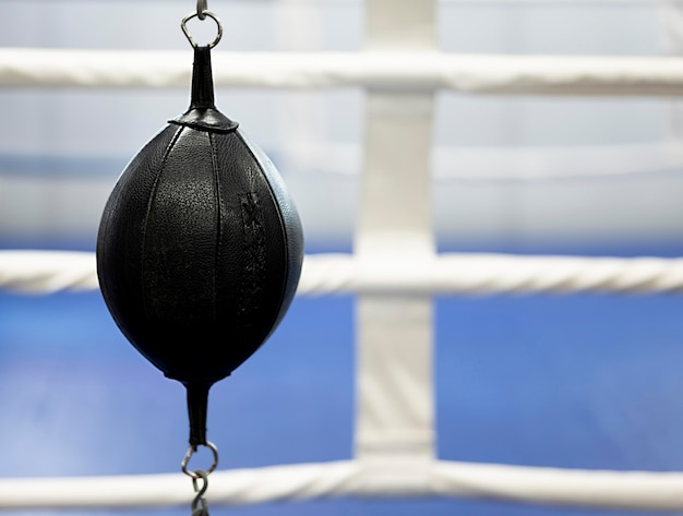 Vue avant de l'équipement de boxe à côté du ring