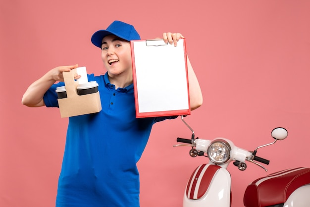 Vue avant femme courrier avec café et fichier note sur l'uniforme de livraison de travail rose service travail travailleur pizza femme vélo
