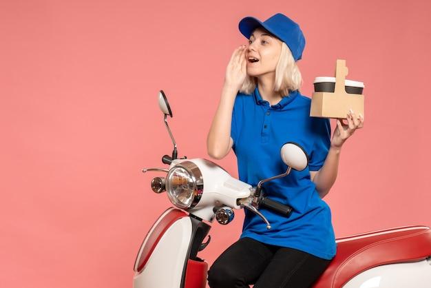 Vue avant femme courrier avec tasses à café sur le service de livraison rose travail travail de couleur