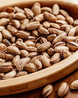 Une vue avant fermée des arachides fraîches salées et savoureuses sur la table snack arachide noix