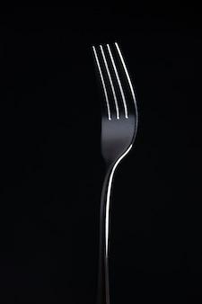 Vue avant de la fourche en acier sur surface noire