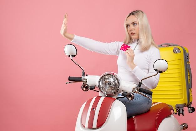 Vue avant, jeune femme, sur, cyclomoteur, tenue, carte, faire stop
