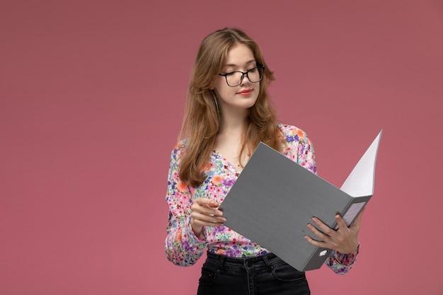 Vue avant, jeune femme, lecture, sur, cas