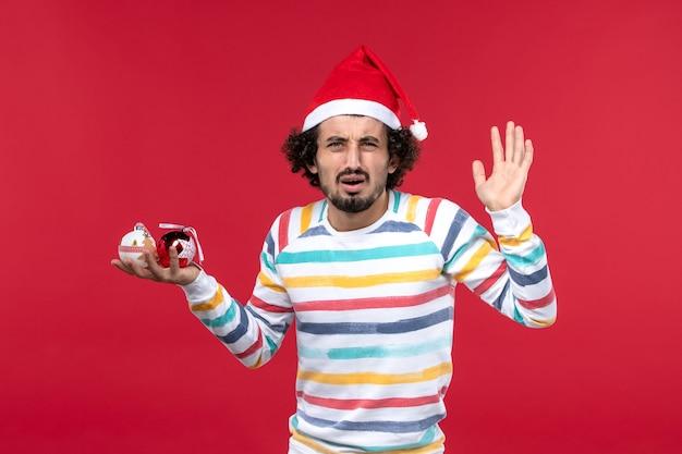 Vue avant, jeune homme, tenue, arbre noël, jouets, sur, mur rouge, nouvel an, rouges, humains, vacances
