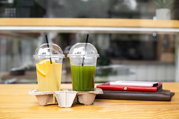 Vue avant des jus de fruits frais pour aller sur la table