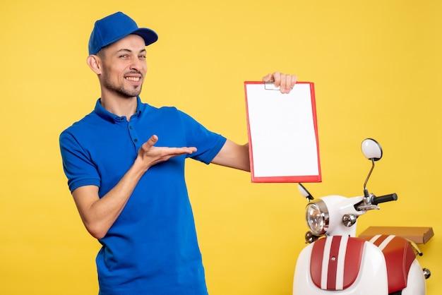 Vue avant male courrier holding file note sur couleur jaune travailleur uniforme service vélo travail émotion