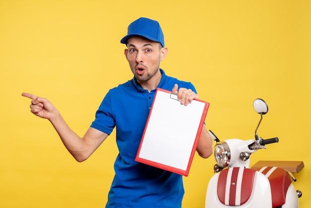 Vue avant male courrier holding note de fichier sur l'uniforme d'émotion de vélo de service de couleur jaune
