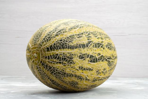 Vue avant de melon entier moelleux et doux sur blanc