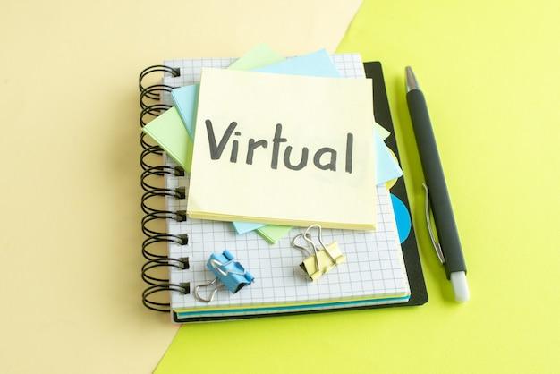 Vue avant de la note écrite virtuelle avec des autocollants et le bloc-notes sur la surface colorée cahier couleur salaire emploi argent bureau business college school