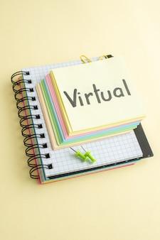Vue avant de la note écrite virtuelle avec des notes de papier coloré sur le bloc-notes de surface légère business job pen money bank copybook office school