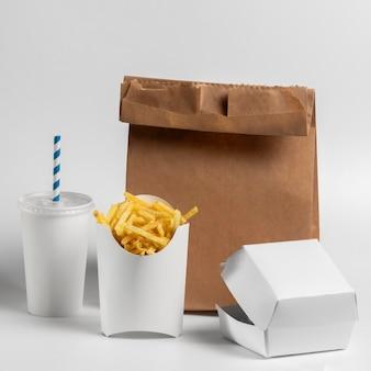 Vue avant de la nourriture dans un emballage vierge avec sac en papier