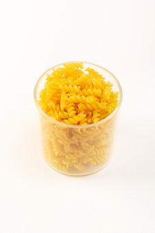 Vue avant d'un panier avec des pâtes sèches pâtes jaunes italiennes à l'intérieur d'un bol en plastique transparent sur le blanc