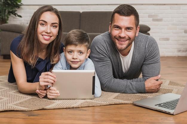 Vue avant des parents souriants avec fils