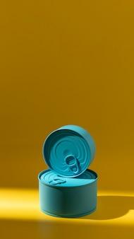 Vue avant de la pile de boîtes de conserve rondes bleues avec copie-espace