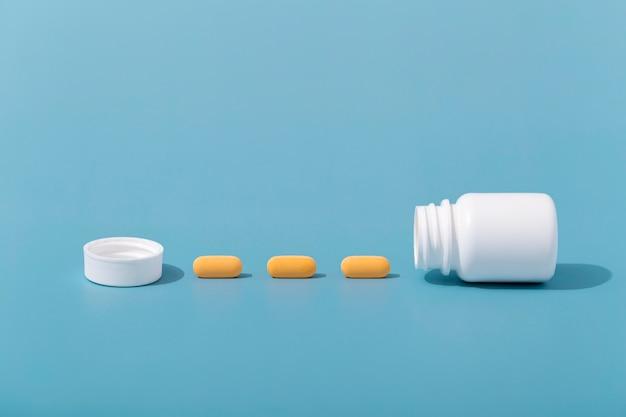 Vue avant des pilules en ligne avec conteneur