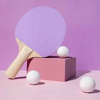 Vue avant de la raquette et des balles de ping-pong